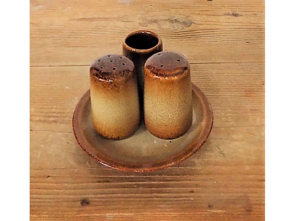 Keramická dochucovací souprava se skládá z talířku,solničky,pepřenky a párátníku