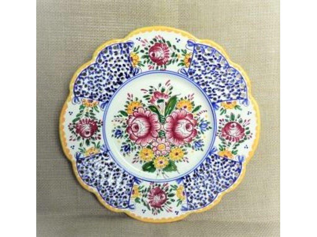 Keramický talíř s tvarovaným okrajem, slovácký