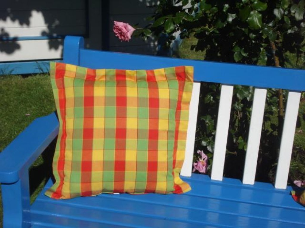 Ozdobný polštářek z kanafasu s lemem, Ilona, barevné kostky 40x40 cm