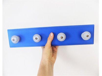 Dřevěný věšák s keramickými úchyty - modrý