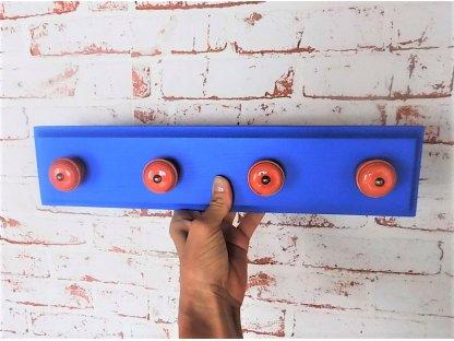 Dřevěný věšák s keramickými úchyty - modrý s oranžovými úchyty