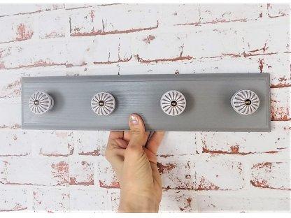 Dřevěný věšák s keramickými úchyty -  šedý