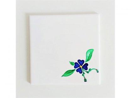 Keramická, ručně malovaná kachle - modrý květ v rohu - 12.