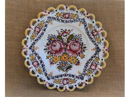 Keramický talíř s dírkami - dvě růže - slovácký s krajkou