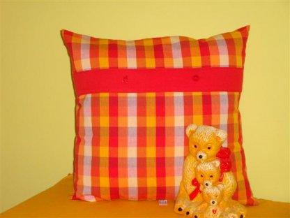 Ozdobný polštářek z kanafasu Andrea, červeno-oranžové kostky+červený pruh, 40x40