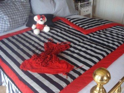 Přehoz na postel Šimon mřížka+červený okraj prodloužený,140x220 ,bavlna,kanafas