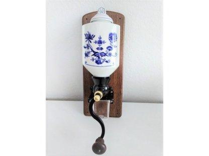 Ruční mlýnek na kávu nástěnný, porcelán-dřevo-cibulový vzor, 34x13 cm