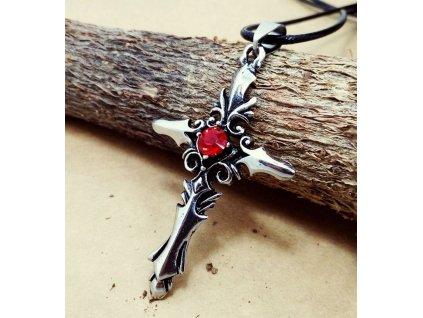 Křížek s červeným kamínkem